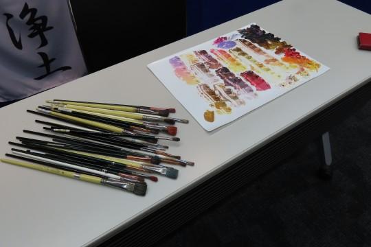 実際に使用する特注の絵筆とパレットが展示されている
